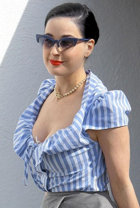 Dita-Von-Teese-en-total-look-bleu_portrait_w674
